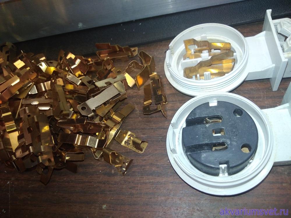 Если контакты патронов окислились, то их можно заменить на новые. Но для большей долговечности светильника лучше установить новые патроны.