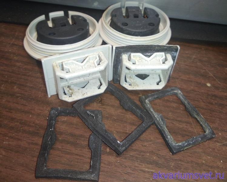 Полиуретановые прокладки влагозащищённых патронов со временем тоже начинают пропускать влажный воздух внутрь светильника. Если менять, то лучше на каучуковые.