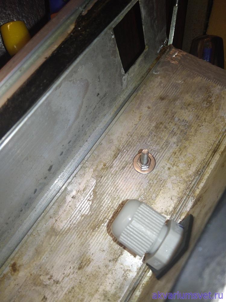 Новый кабельный ввод вместо старого. Из-за особенности конструкции светильника пришлось вставить его изнутри корпуса.