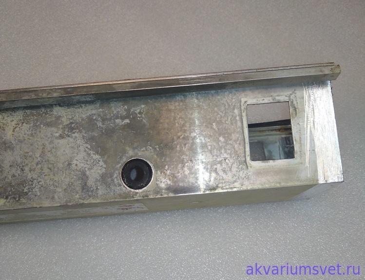 Резиновый кабельный ввод рассохся со временем и свободно пропускает влажный воздух внутрь светильника.