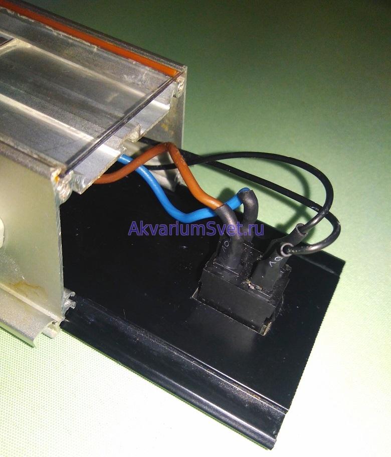 Клеммы выключателя изолированы термоусадочной трубкой.