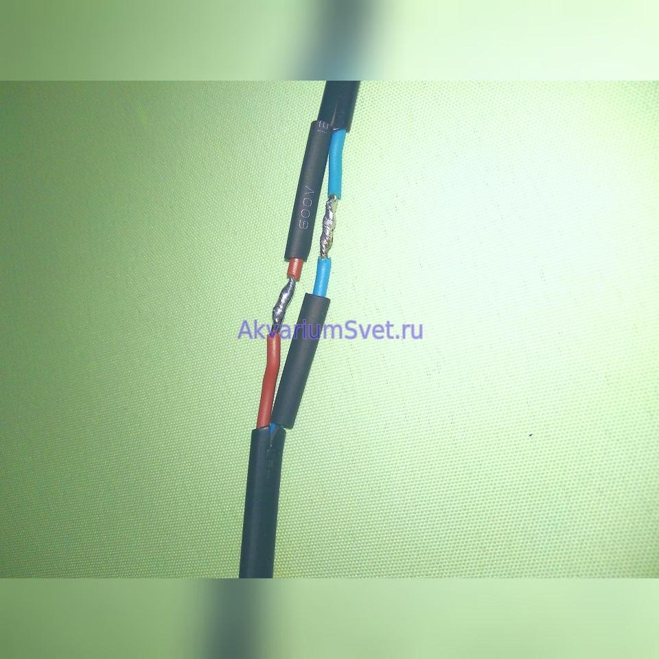 Надеваем тонкие термоусадочные трубки на каждый провод. Скручиваем и спаиваем провода так как показано на фото.