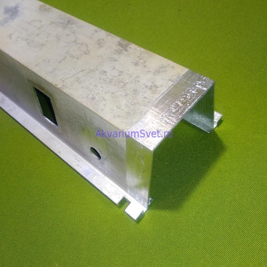 Процесс очистки корпуса светильника перед приклеиванием пластмассовых заглушек.