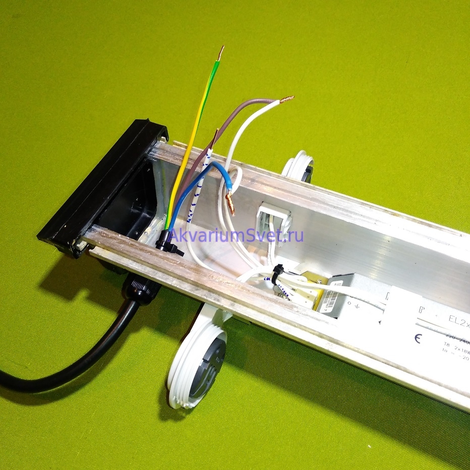 Подготовка проводов перед пайкой контактов нового выключателя.