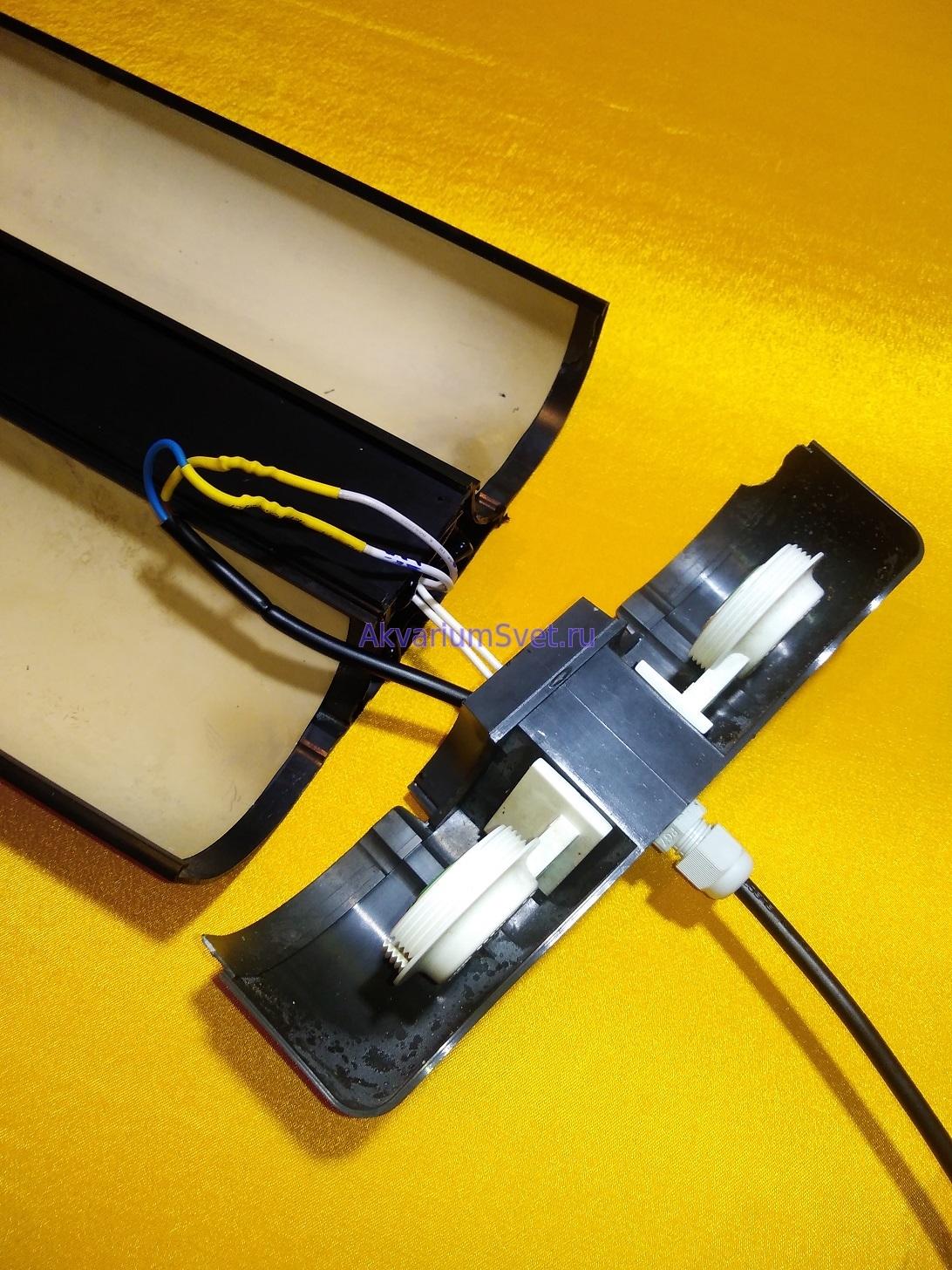 Влагозащищённые патроны в хорошем состоянии, а вот гермоввод сетевого провода тоже было необходимо заменить на новый.