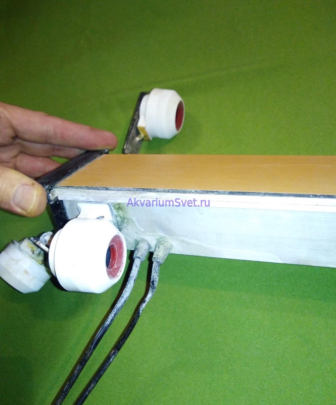 В светильнике было два сетевых провода для возможности раздельного вкючения ламп через таймеры