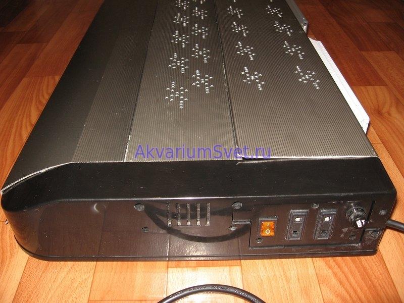 Вентиляционные отверстия в аквариумной крышке SunSun 3X18W. Также видны новые выключатель и держатель предохранителя.